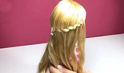 给可儿娃娃扎一个公主发型吧!很简单哦!