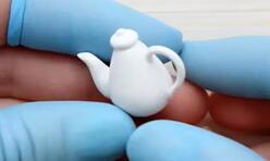 给芭比娃娃,可儿娃娃做一个好看的白色的迷你茶壶。