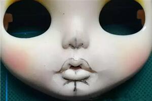 blythe小布改娃改嘴教程,磨改示例,开刻嘴厚唇部分。