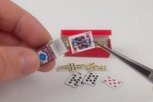 """自己动手给芭比娃娃做一副迷你扑克牌,""""我是赌王,都让开"""""""