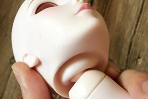 如何给叶罗丽娃娃换头呢?很多新手都不会,现在就教给各位娃娘。