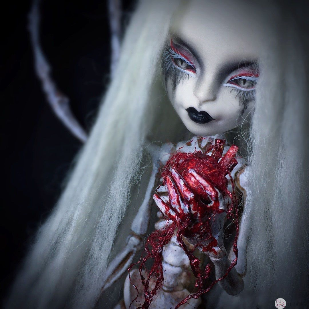 怪高娃娃改妆成白发魔女