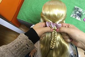 沙龙娃娃编发教程,鱼骨辫的编法,看了就能学会哦