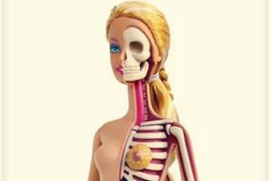 将芭比娃娃解剖之后是什么样呢?设计师巧手制作稍显可怕