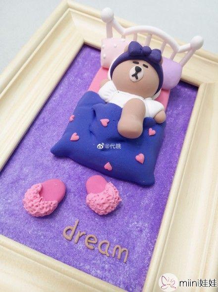 躺着睡觉的粘土泰迪熊玩偶