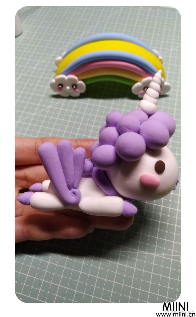 一个卡通版本的可爱独角兽玩偶