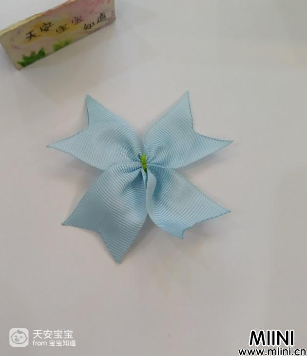 淡蓝色蝴蝶花发圈发饰的制作步骤图解