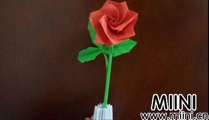 带树枝的玫瑰花的折纸教程