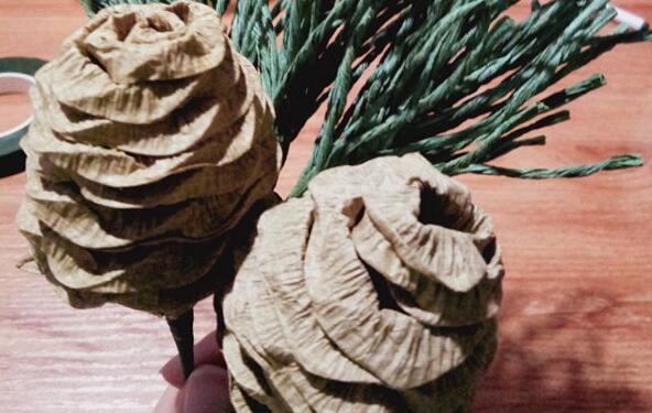 皱纹纸松果的制作教程
