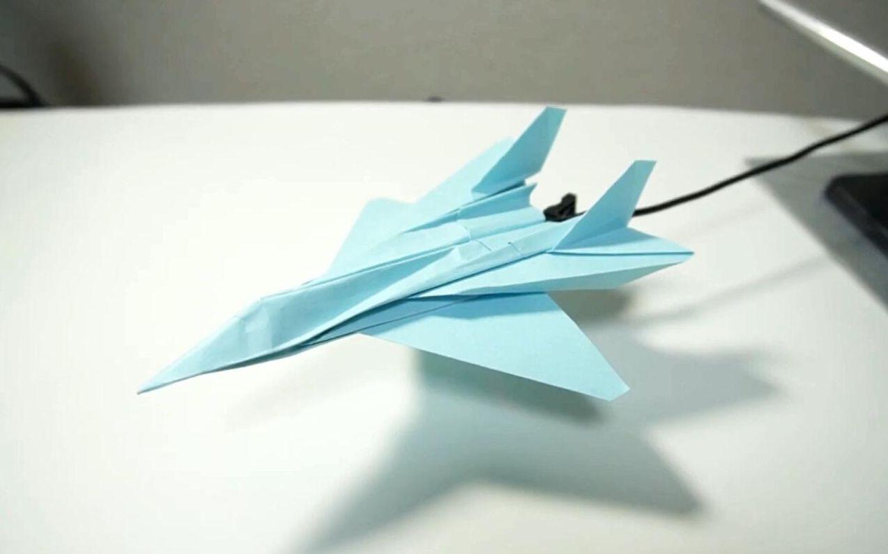 帅气的折纸SU35战斗机,放在桌上威风凛凛