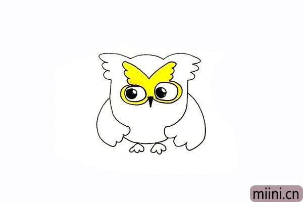11.用黄色画笔把头部羽毛涂上颜色。