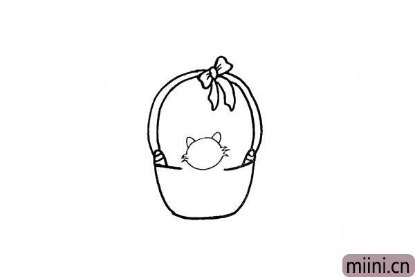 7.在小猫头顶部画上两只尖尖的耳朵。