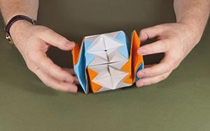 用纸折出一个扭扭球,真的太好玩了