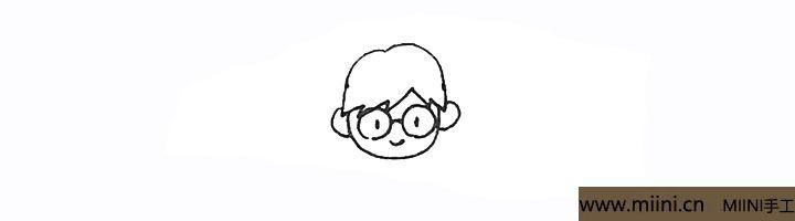 3.里面画上两个圆形的眼镜连接起来,点上眼睛再画上笑脸。