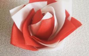 让餐巾纸变成玫瑰花,很简单