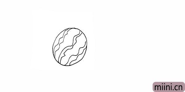 2.用不规则的波浪线勾落出西瓜的花纹。