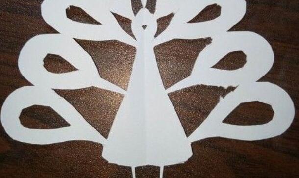 孔雀开屏的剪纸步骤教程