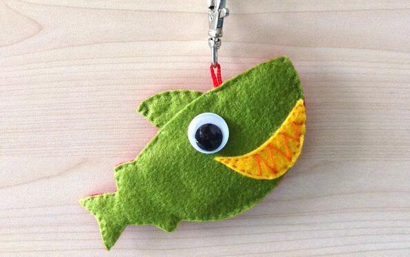 不织布DIY可爱小鲨鱼钥匙挂坠制作教程