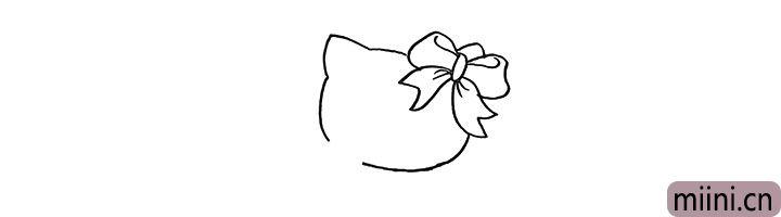 2.在画出它的耳朵和脸颊.脸部留出一个缺口。
