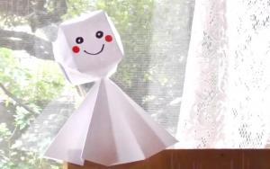 用纸折出一个充满放晴能力的小孩