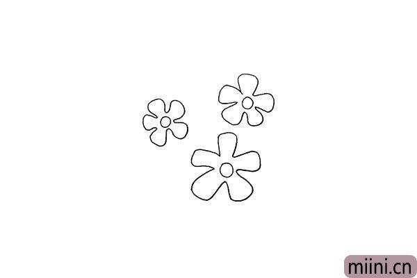 4.用同样的画法在旁边再画上两朵。