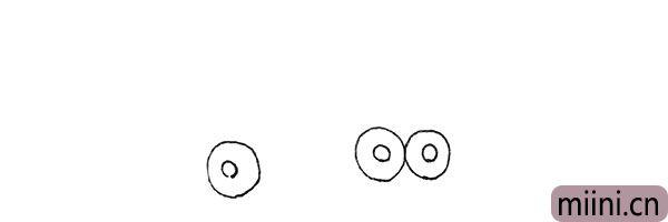 1.先画上三个圆形,里面再画上小圆形。