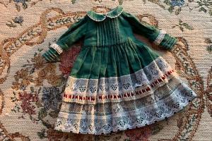 给自己心爱的娃娃做条带有内衬的小裙子