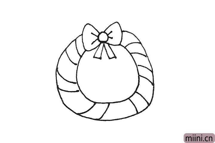 第四步:圆环里面画上斜线的装饰,每两条间隔开一点。