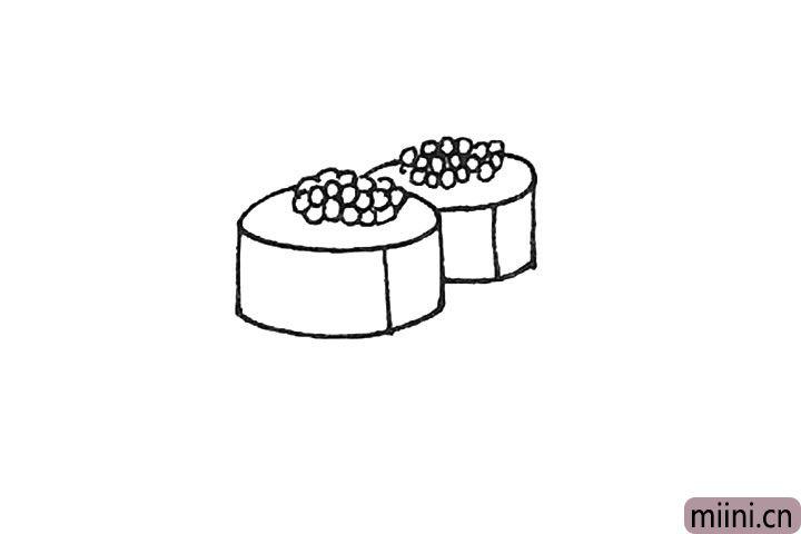第四步:用同样的方法在后面再画上一个寿司。