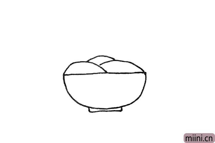 第二步:上面,画上三条弧线,注意线条之间的穿插。