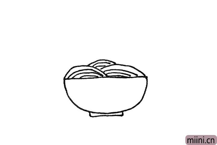 第三步:接着在里面再画上几条弧线,形成碗里面面条的感觉。