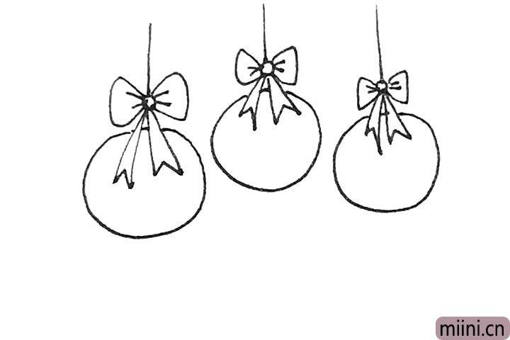 第五步:用同样的方法在旁边再画上几个同样的彩球。