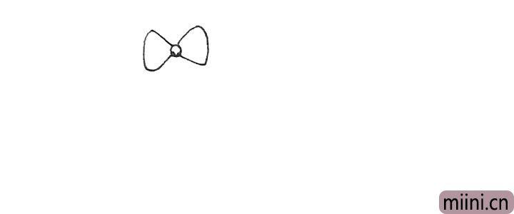 第一步:先画出一个一条圆形,并在两边用弧线画出蝴蝶结的感觉。
