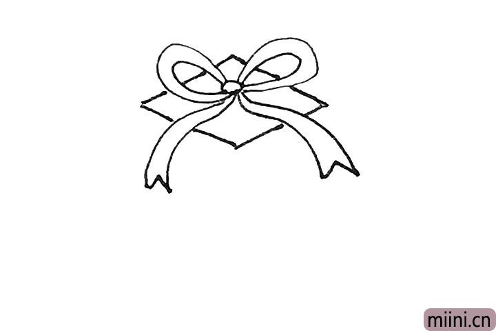 第三步:然后在蝴蝶结后面,画上一个菱形。