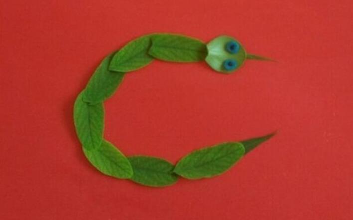 调皮的小蛇树叶贴画步骤教程