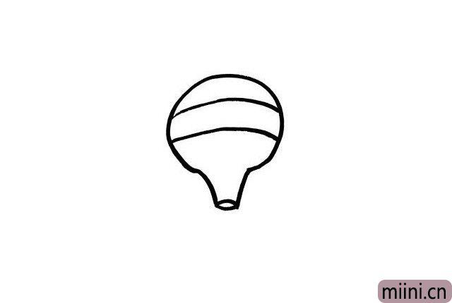 2.小朋友们是不是发现了热气球的外轮廓有一丢丢像白炽灯泡的呢?我们在热气球的轮廓里画上两条弧线吧,现在看起来是不是有立体感了呢?