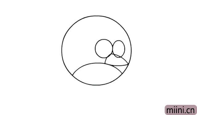 3.然后在两个眼眶中下方 画出小鸟的上嘴,尖尖的。