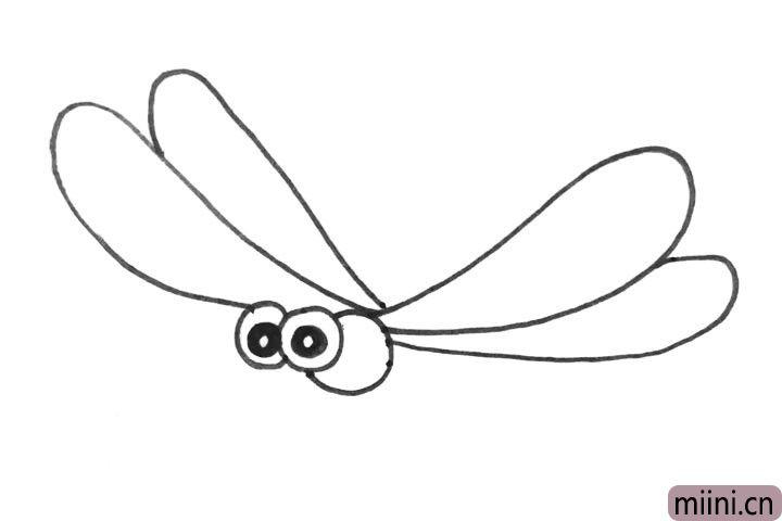 3.在眼睛后边的圆上面画两个翅膀。