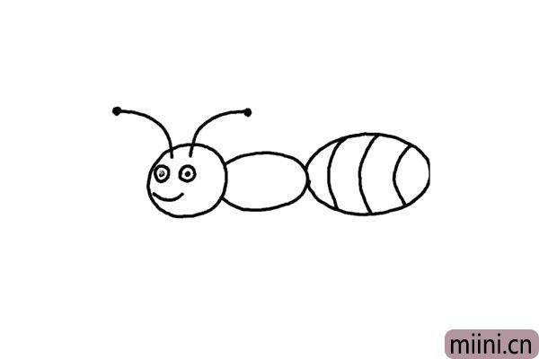 4.头上方画上蚂蚁又细又长的触角,像两根面条,顶端画上小圆点。画它微笑的嘴巴,明亮的一对儿眼睛。