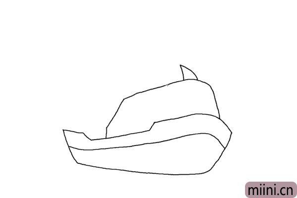 2.中间位置加上一条长弧线,擦掉多余的线条。体现出轮船的层次感。画三角形的船锚。