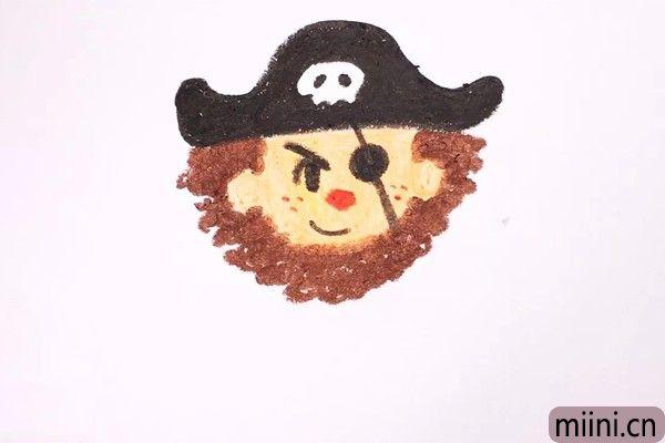 3.下面我们要画出五官、眼罩,还有他的头发和络腮胡,这样一来头部的造型就完成了,是不是很可爱。