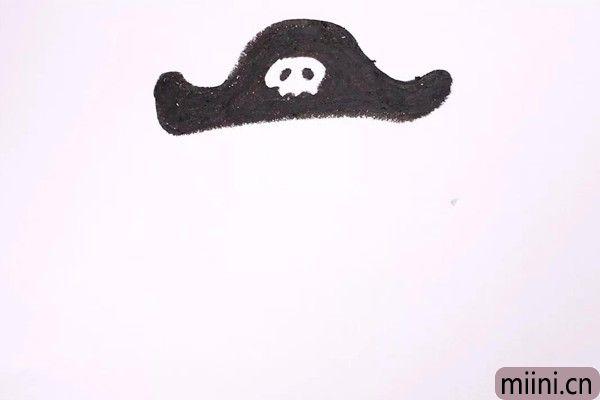 1.我们先画出他大大的帽子,帽子又黑又大,还有一个骷髅。