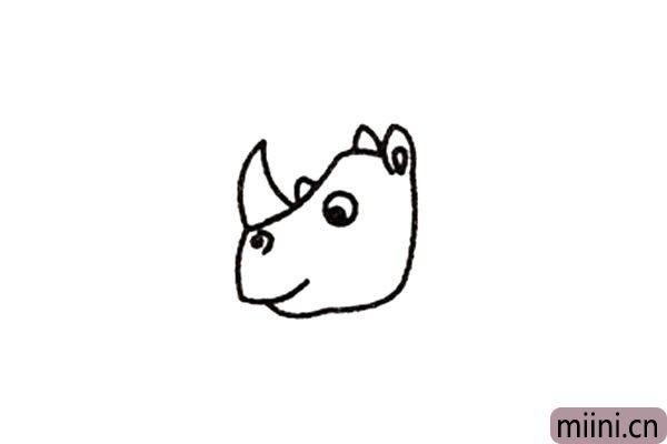 2.在鼻子上面画尖尖的犀牛角。