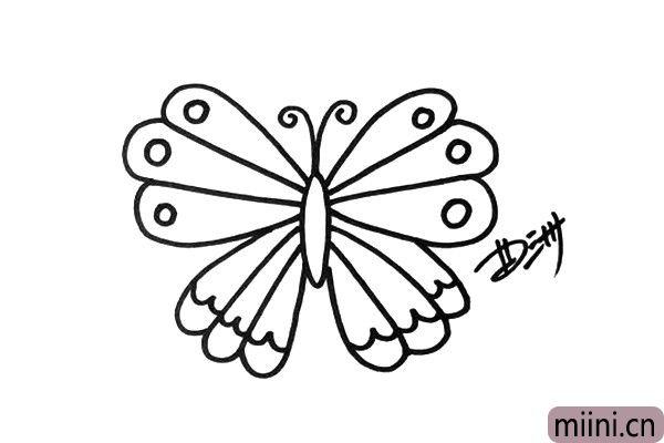 3.第一只蝴蝶的翅膀用了很多长线条、圆形和波浪线装饰。