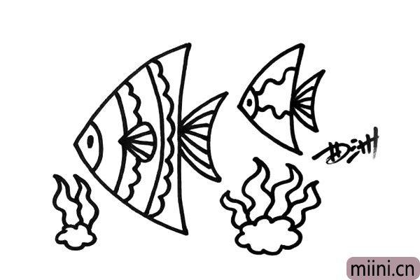 3.再画出几只造型不同的热带鱼吧,然后画出一些水草。