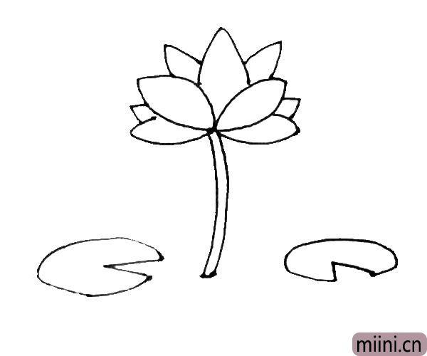 第五步:在花朵的旁边,再画上几片有三角形缺口的椭圆形作为荷叶。
