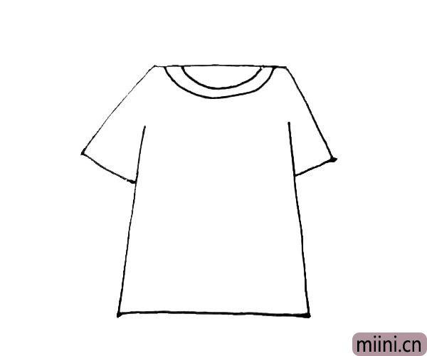 第三步:在上面那条横线中间,画上两条半圆的线,作为领口。