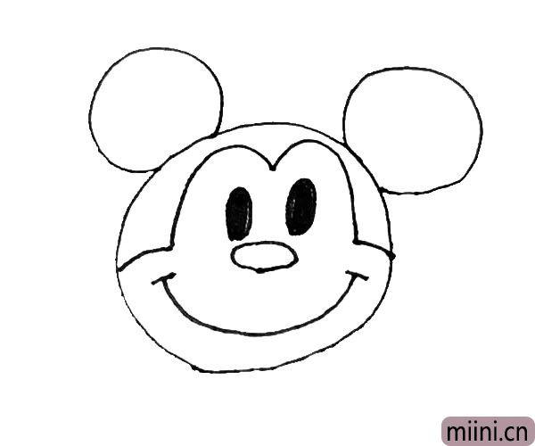 第五步:在鼻子下面,画上一个大大的弧线,点上两点作为他的笑脸。