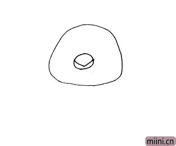 第二步:在椭圆形里面再画上一个小圆,还要画上一个下尖的三角形作为嘴巴。