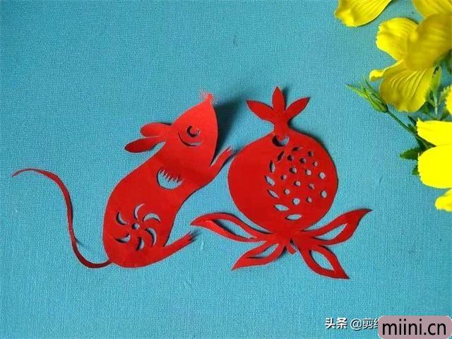 生肖鼠搬桃子的剪纸步骤教程